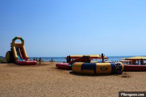 водные горки на пляже в Береговом