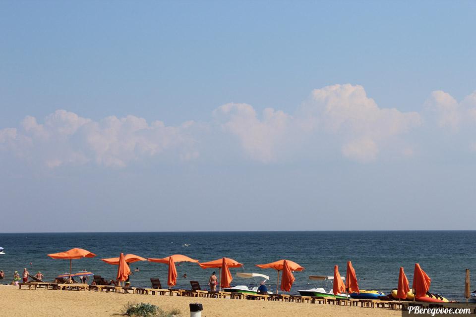 оранжевые зонтики в береговом